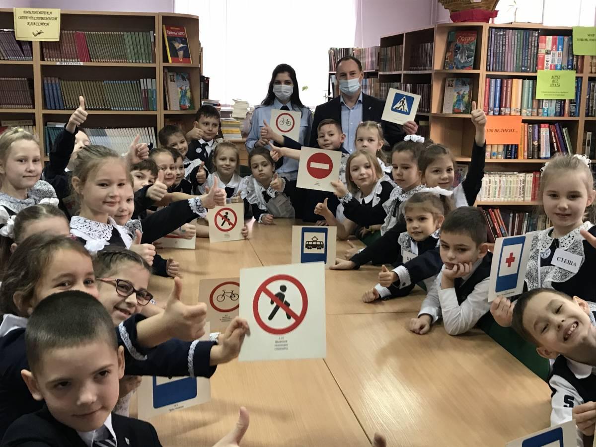 Урок «Юный пешеход» для самых маленьких гимназистов провели калининградские единороссы